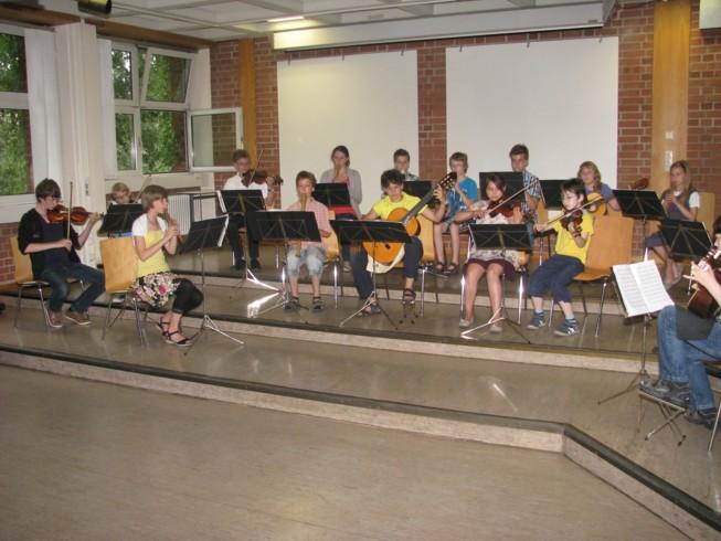 Ebenfalls am Samstag, den 7. Juli 2012 begannt um 17:00 Uhr das alljährliche Sommerkonzert des Musikstudios Hartmann in der Aula des Heinrich-Schliemann-Gymnasiums. Neben zahlreichen solistischen Beiträgen aus der Geigen-, Blockflöten- und Gitarrenliteratur waren auch wieder viele Ensembles zu hören. Die 20-köpfigen Vielharmoniker spielten einen Satz aus dem Concerto Nr. 4 für Gitarre, Tenorblockflöte und Orchester von Woodcock, 2 Sätze aus dem Konzert Nr. 2 / C-Dur von Baston für Streichquartett und Sopranblockflöte waren zu hören und ein Gershwin-Trio sorgte für neue Klänge.